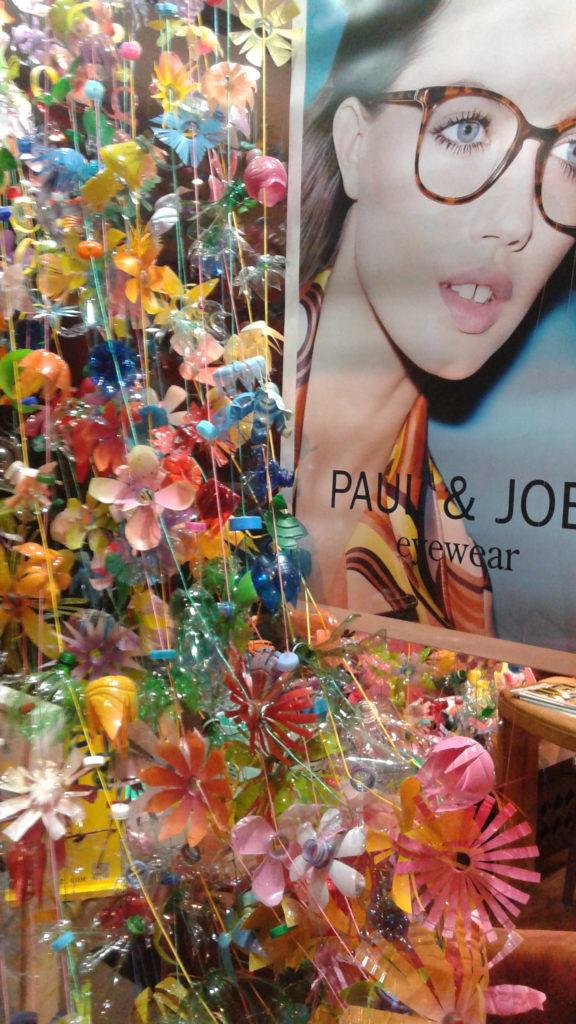 vitrine-la-decotheque-détail-fleurs-bouteille-plastique