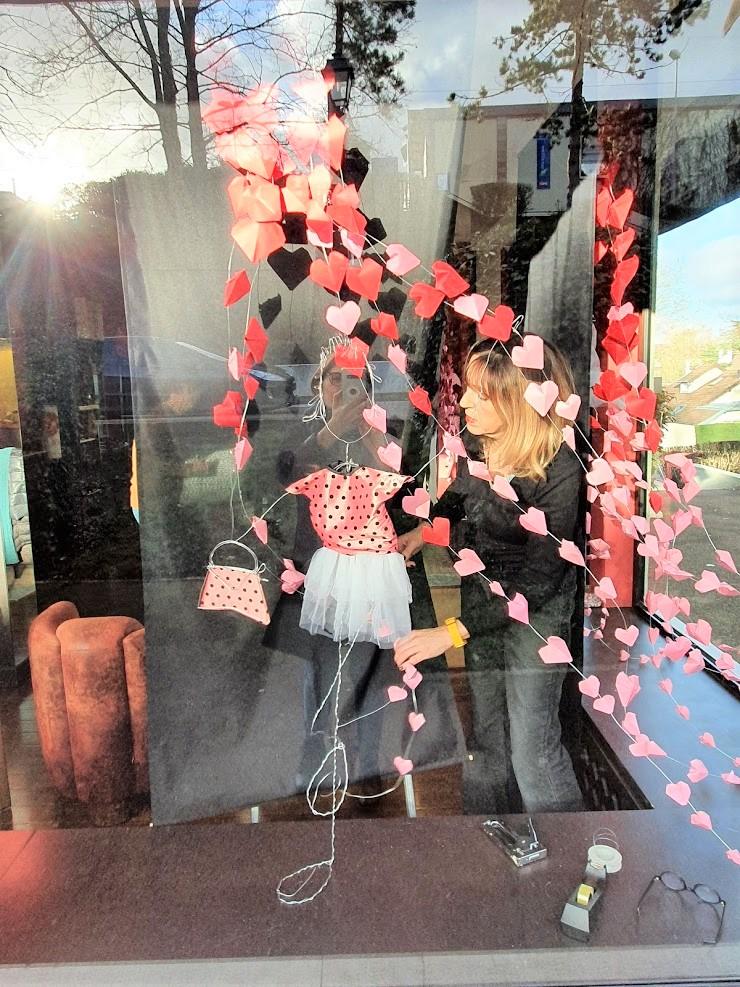 Préparation-vitrine-saint-valentin-la-decotheque-4