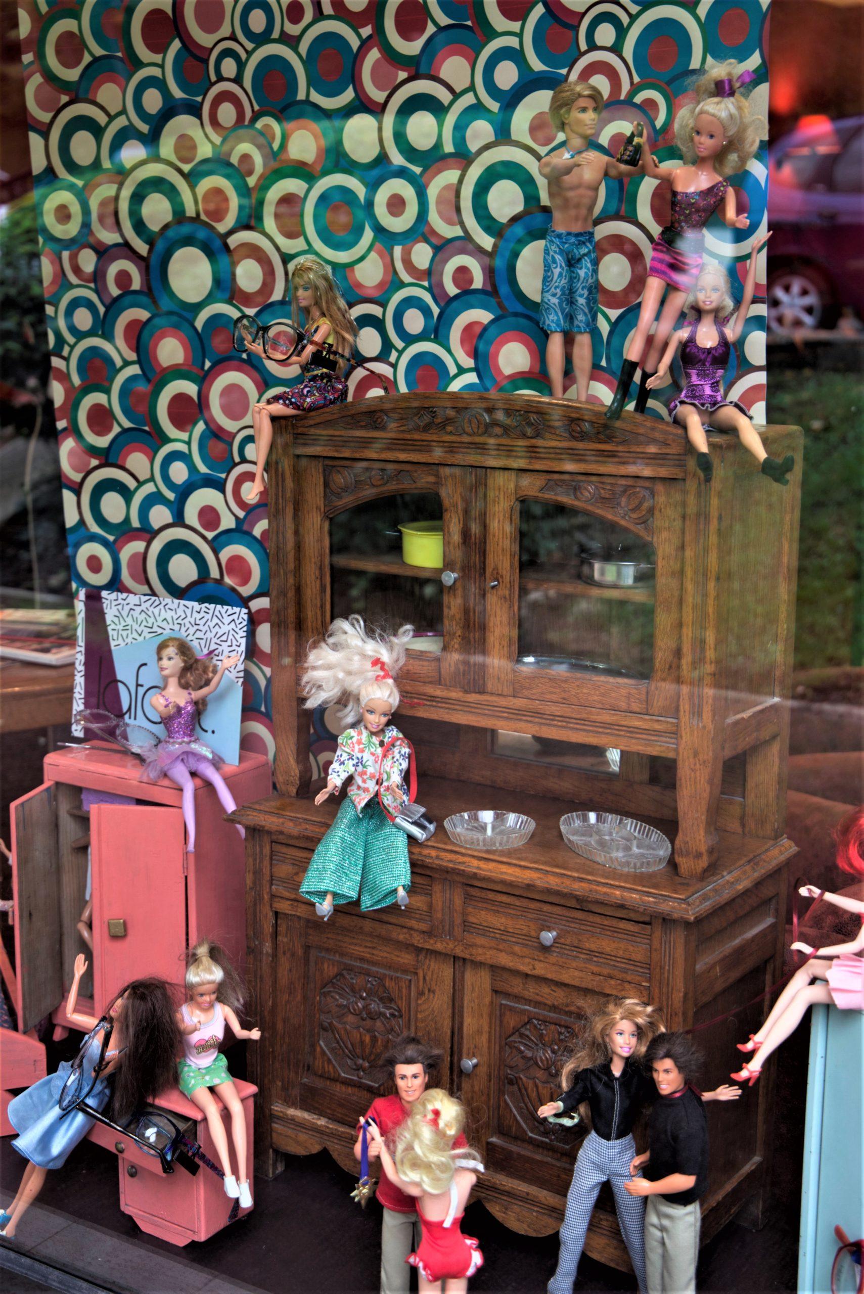 Vitrine-Barbie-ensemble-buffet-la-decotheque