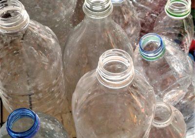 Vitrine-la-decotheque-bouteilles-plastiques-1