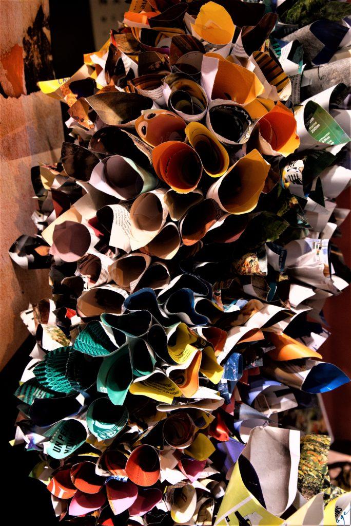 Vitrine-la-decotheque-theme-un-peu-de-lecture-sculpture-papier-couleur-a