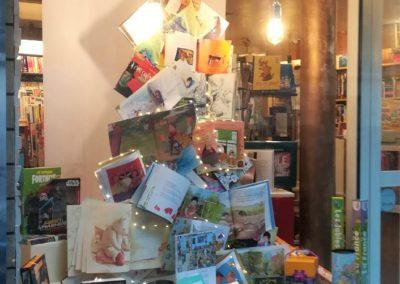 Vitrine-noel-2019-livres-librairie-paris-réalisée-par-la-decothèque