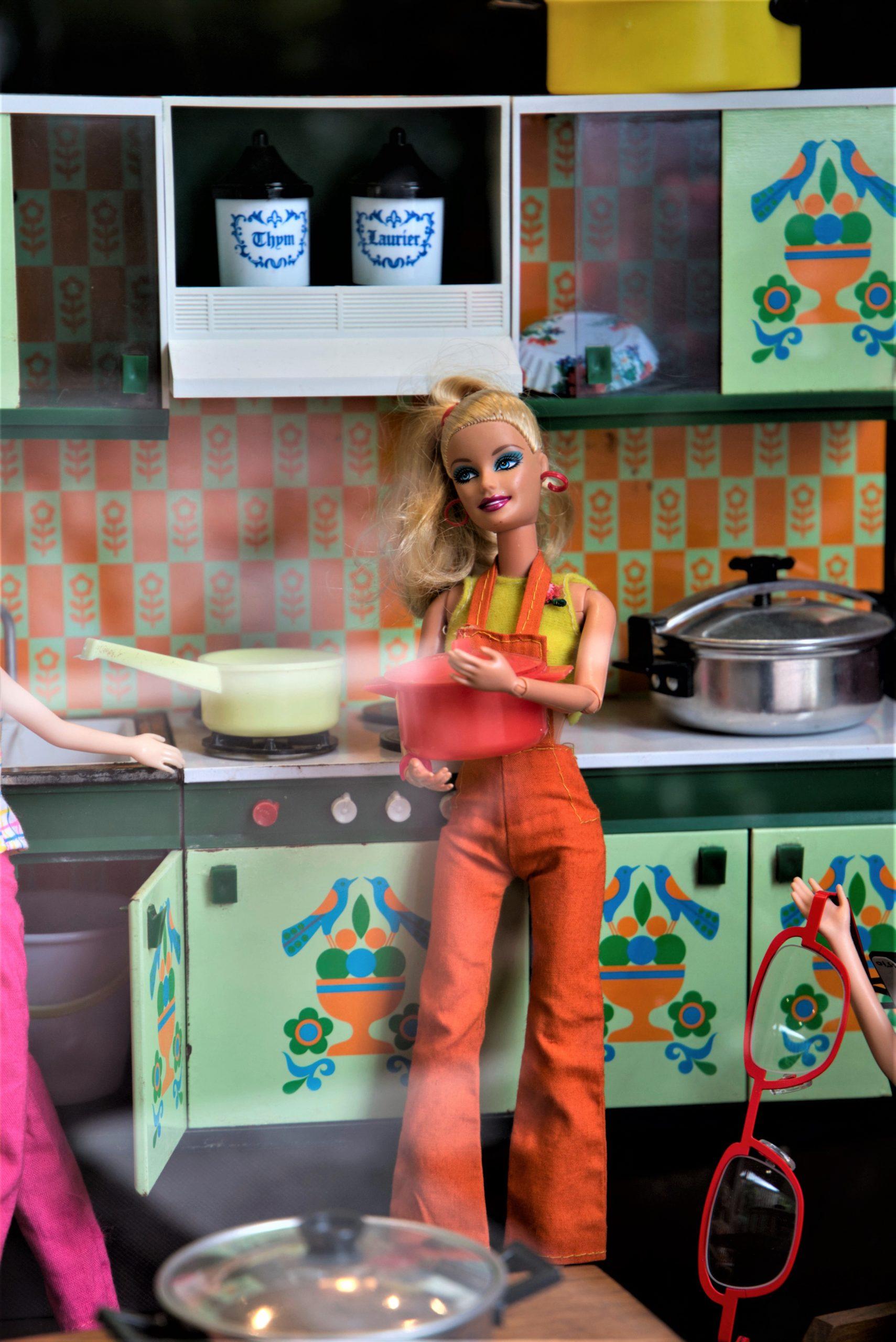 Vitrine-scène-Barbie-cuisine-la-decotheque