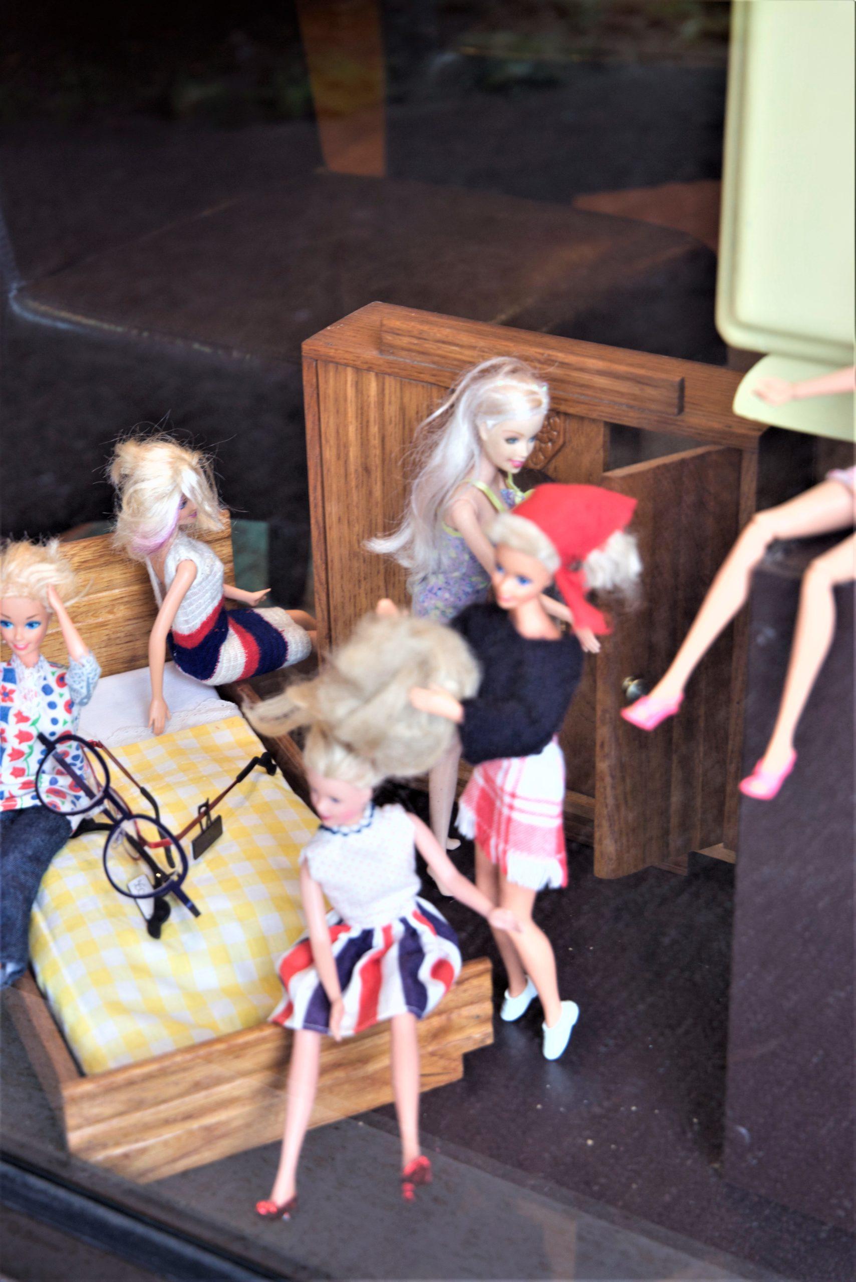 Vitrine-scène-Barbie-femmes-bleu-blanc-rouge-la-decotheque