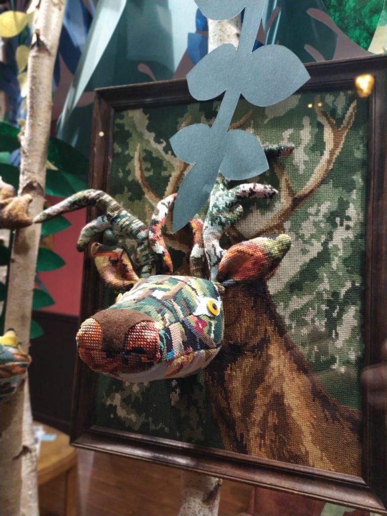 vitrine-la-decotheque-le-cerf-tapisserie-Catherine-Cardin