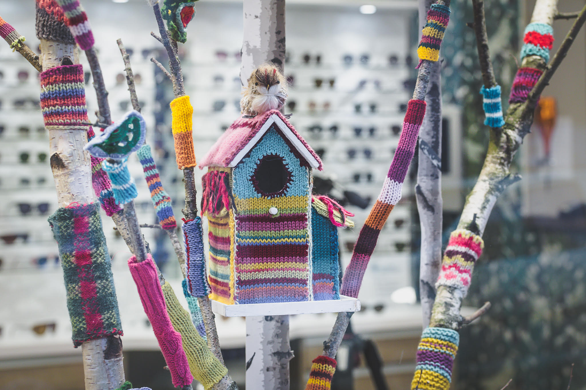 Cabane dans les branches good-Yarn Bombing-la-decotheque-catherine-Cardin