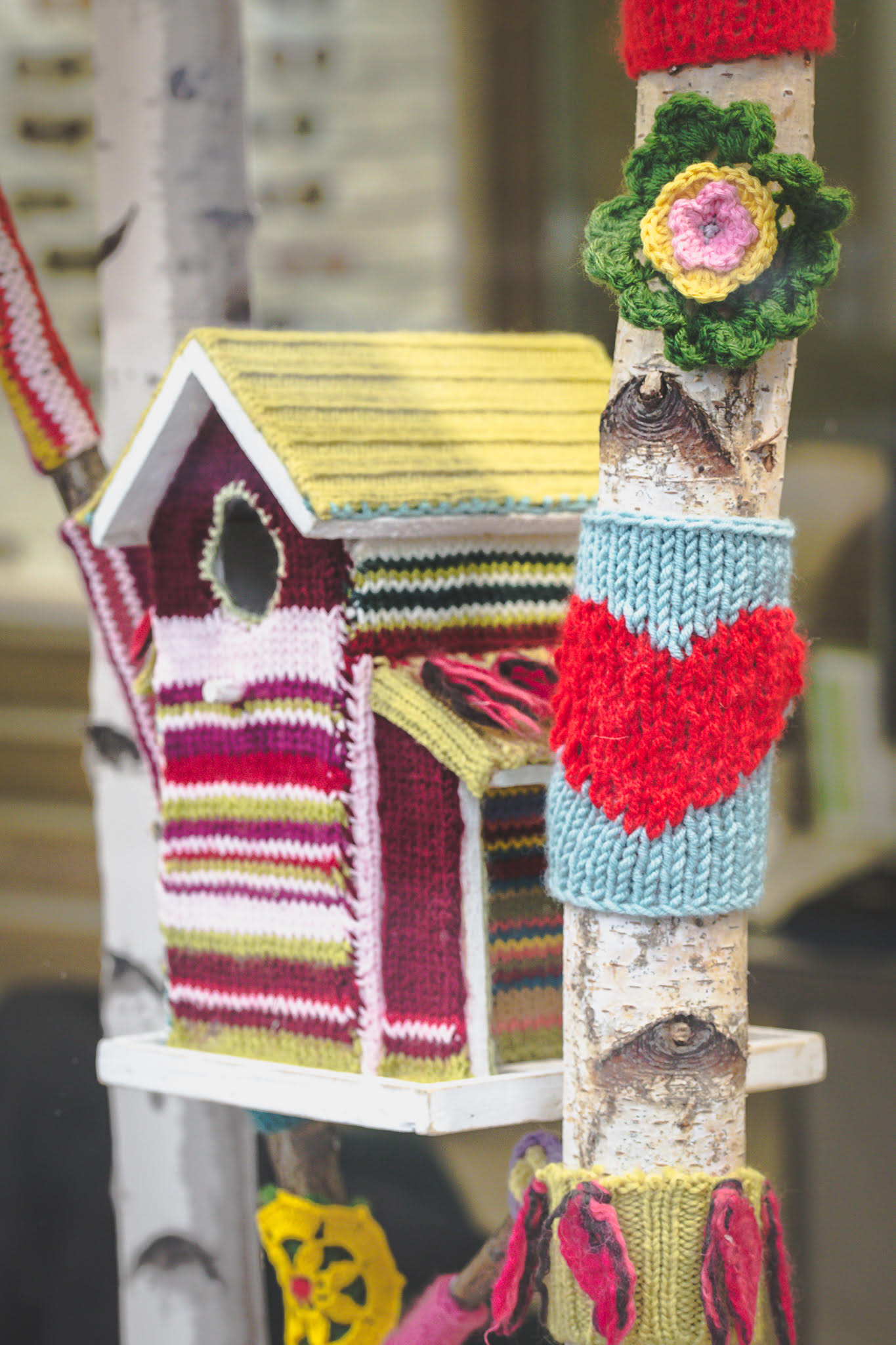 Gros plan nichoir good Yarn Bombing-la-decotheque-catherine-Cardin